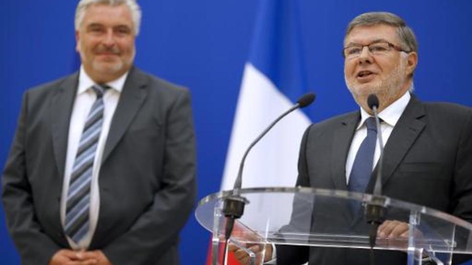 L'ex secrétaire d'Etat aux Transports Frederic Cuvillier et son successeur Alain Vidalies lors de la passation de pouvoir mercredi 27 aout 2014 à Paris