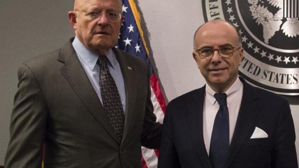 James Clapper, directeur du renseignement national des États-Unis et le ministre de l'Intérieur Bernard Cazeneuve à Washington le 19 février 2015