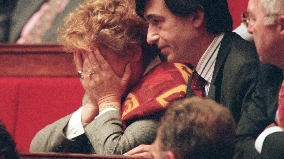 Christine Boutin, alors députée apparentée UDF, fond en larmes, le 2 décembre dans l'hémicycle de l'Assemblée nationale à Paris, après un vif incident de séance qui l'a opposée au Premier ministre Lionel Jospin.
