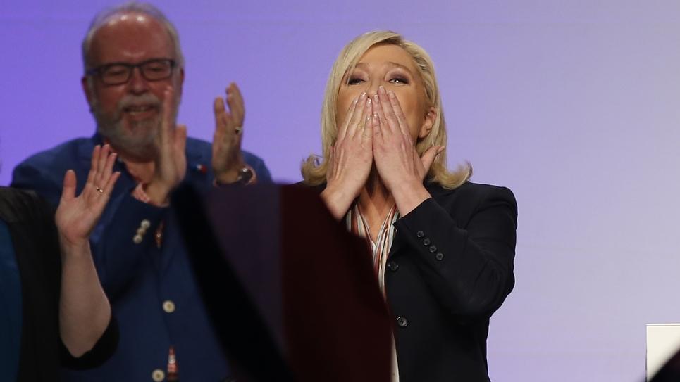 La dirigeante du Rassemblement national (RN), Marine Le Pen (d), et le trésorier du parti, Wallerand de Saint-Just, le 10 décembre 2015 à Paris lors des élections régionales