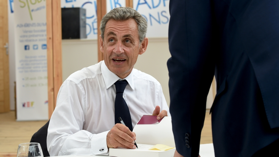 """L'ancien président Nicolas Sarkozy dédicace son livre """"Passions"""", lors de l'université d'été du Medef, le 29 août 2019 à Paris"""
