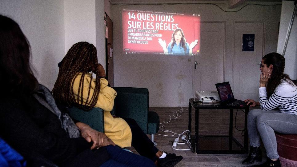 """Des réfugiées assistent à un atelier de l'ONG """"Gynécologie sans frontières"""" à Bray-sur-Seine (sud-est de Paris), le 10 février 2020"""