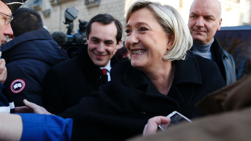 Marine Le Pen lors d'une visite à Ecouis (nord-ouest), le 6 janvier 2017