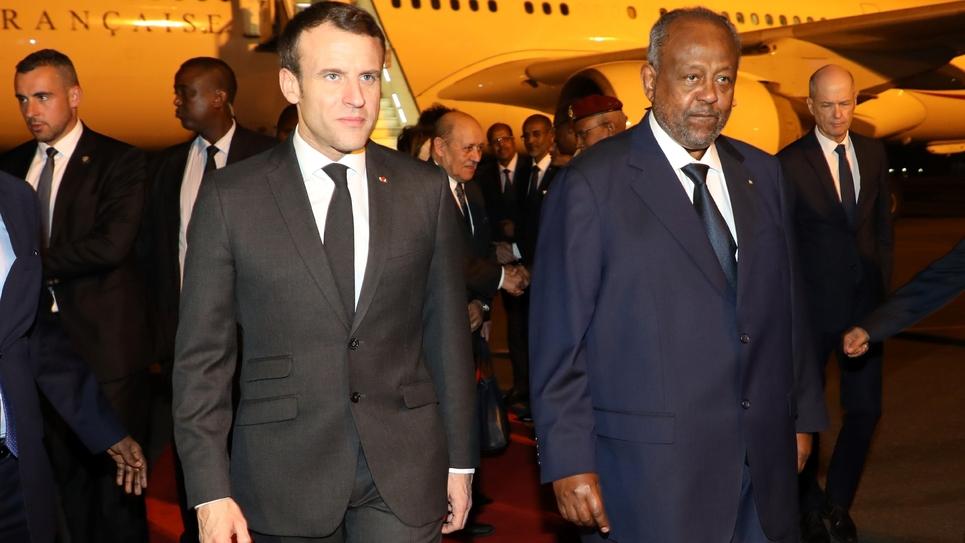 Emmanuel Macron est accueilli par le président de Djibouti Ismaïl Omar Guelleh à l'aéroport de Djibouti, le 11 mars 2019