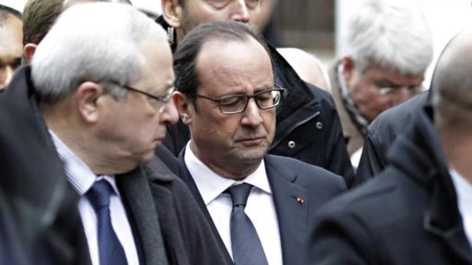 François Hollande à son arrivée dans les locaux de Charlie Hebdo le 7 janvier 2015 à Paris