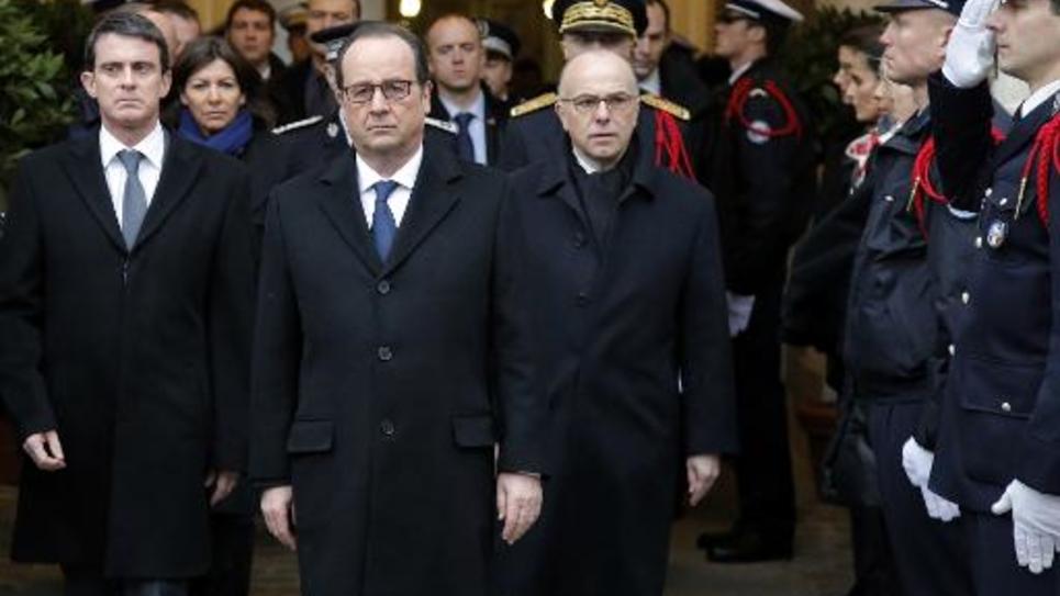 Le président François Hollande (2e g) avec Manuel Valls et Bernard Cazeneuve, le 13 janvier 2015 lors de la cérémonie d'hommage aux trois policiers tués lors des attentats survenus en région parisienne