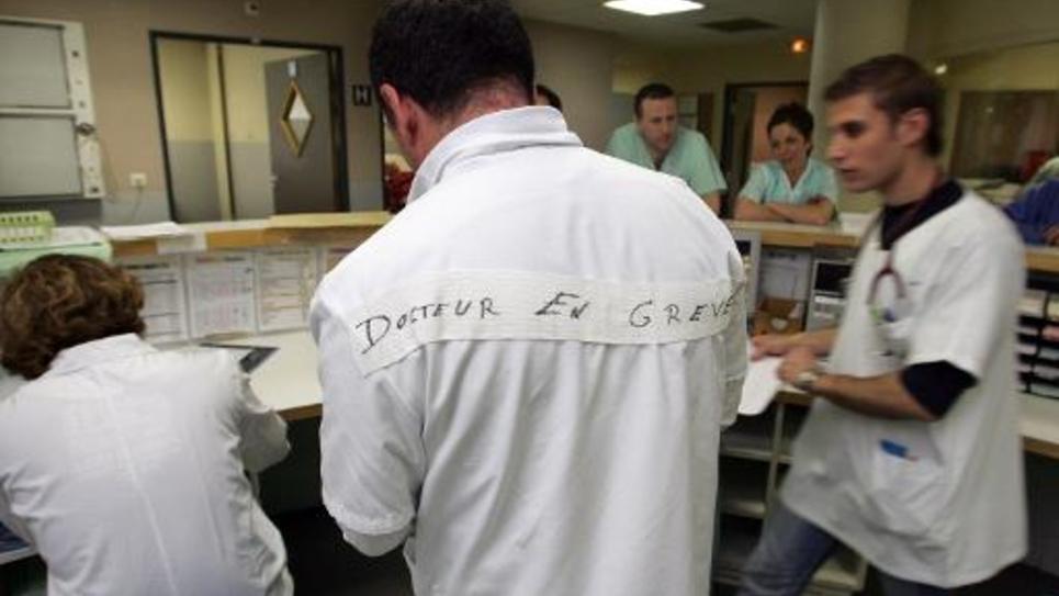 Des médecins urgentistes en grève le 4 avril 2005 à l'hôpital Nord de Marseille
