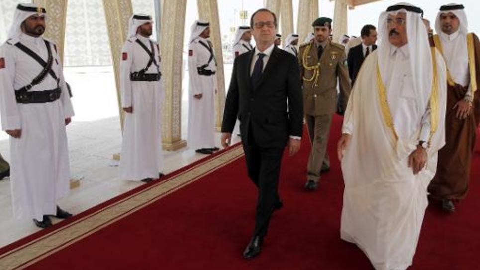 Le président François Hollande est accueilli par le ministre de la Culture du Qatar, Hamad bin Abdulaziz Al-Kuwari, le 4 mai 2015 à Doha