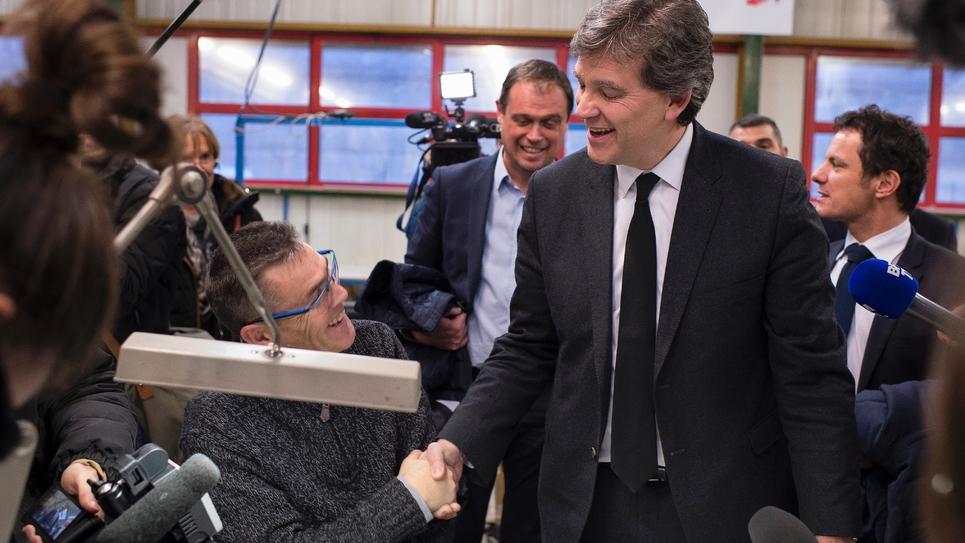 Arnaud Montebourg en campagne pour la primaire du PS le 7 décembre 2016 dans une entreprise à Longvic près de Dijon