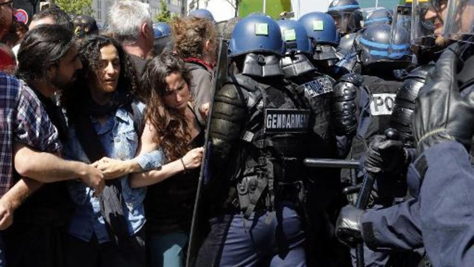 Des manifestants se heurtent aux forces de l'ordre lors de l'évacuation de plusieurs dizaines de migrants d'un campement improvisé dans un quartier populaire du nord de Paris, le 8 juin 2015