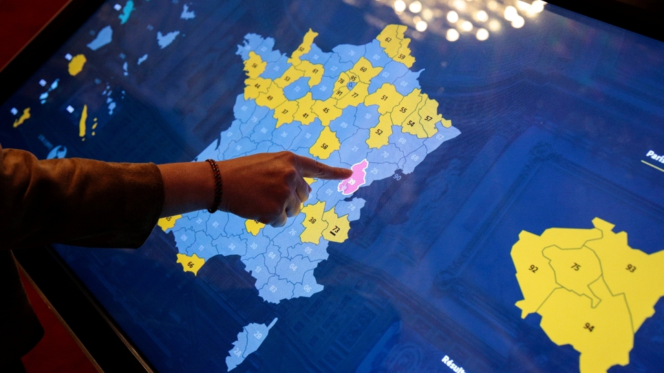 Une femme touche un écran pour obtenir des informations sur les élections sénatoriales, au Sénat à Paris le 24 septembre 2017