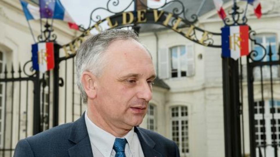 Le maire FN Franck Briffaut le 4 mars 2015 devant la mairie de Villers-Cotterets