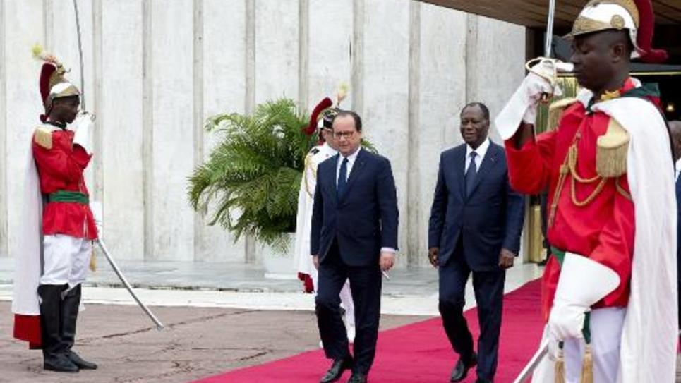Le président français François Hollande et son homologue ivoirien Alassane Ouattara quittent le palais présidentiel à Abidjan, le 17 juillet 2014