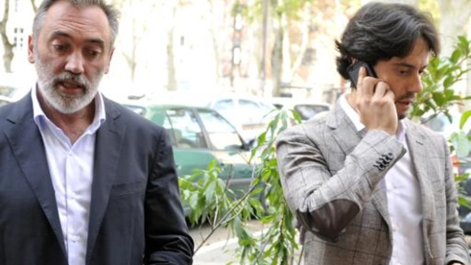 Pierre Le Bonjour (g) et Apollinaire Legros-Gimbert, avocats de deux des trois français jihadistes arrivés à Marseille, le 24 septembre 2014 à Toulouse