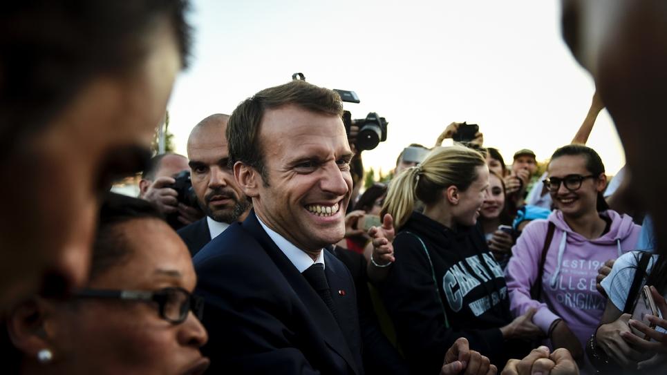Le président Emmanuel Macron rencontre des touristes français à Lisbonne au Portugal, le 27 juillet 2018