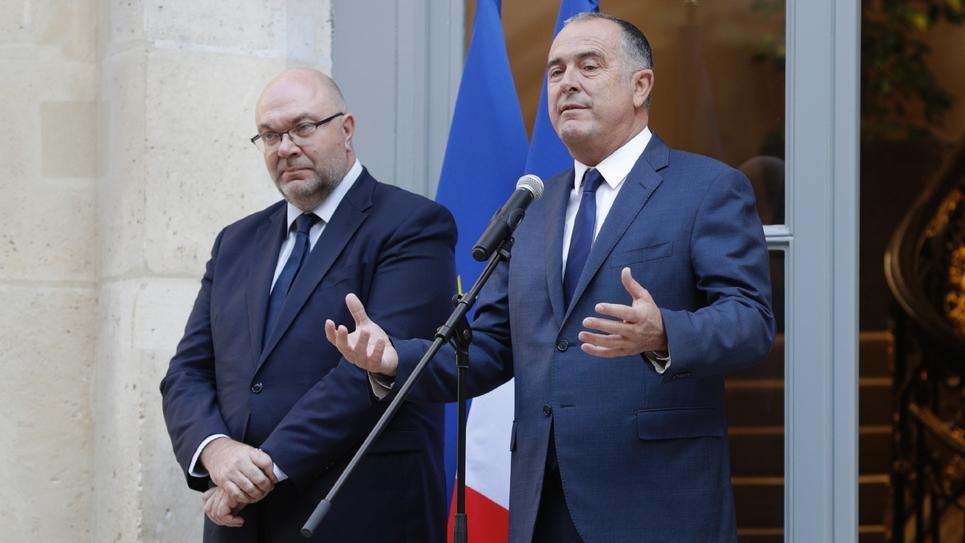 Le nouveau ministre de l'Agriculture Didier Guillaume (à droite) lors de la passation de pouvoir avec son prédécesseur Stéphane Travert à Paris le 16 octobre 2018