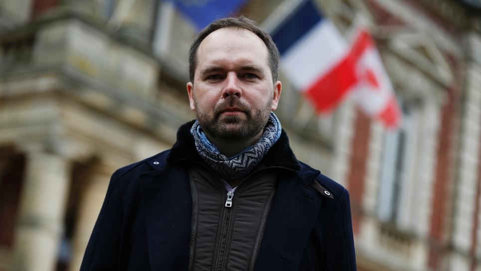 Vincent Martin, maire de Bourgtheroulde-Infreville, pose le 14 janvier 2019 devant la mairie de sa commune