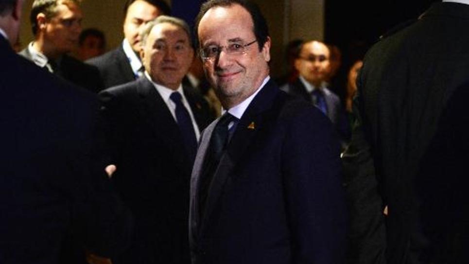Le président français François Hollande avec son homologue du Kazakhstan, Noursoultan Nazarbaïev, à La Haye le 24 mars 2014