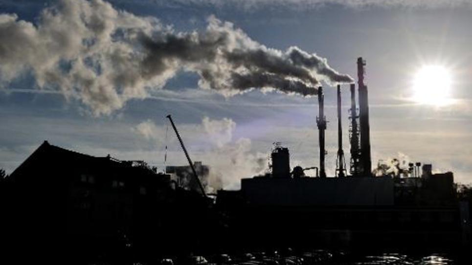 Des cheminées d'usine le 31 octobre 2013 à Haubourdin, dans le nord de la France