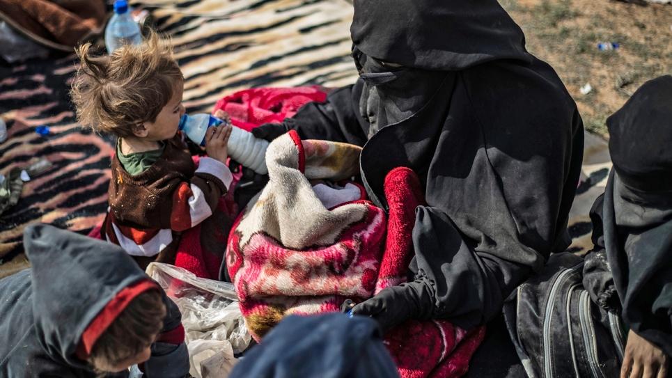 La veuve d'un jihadiste français et ses cinq enfants à  Baghouz dans l'est de la Syrie