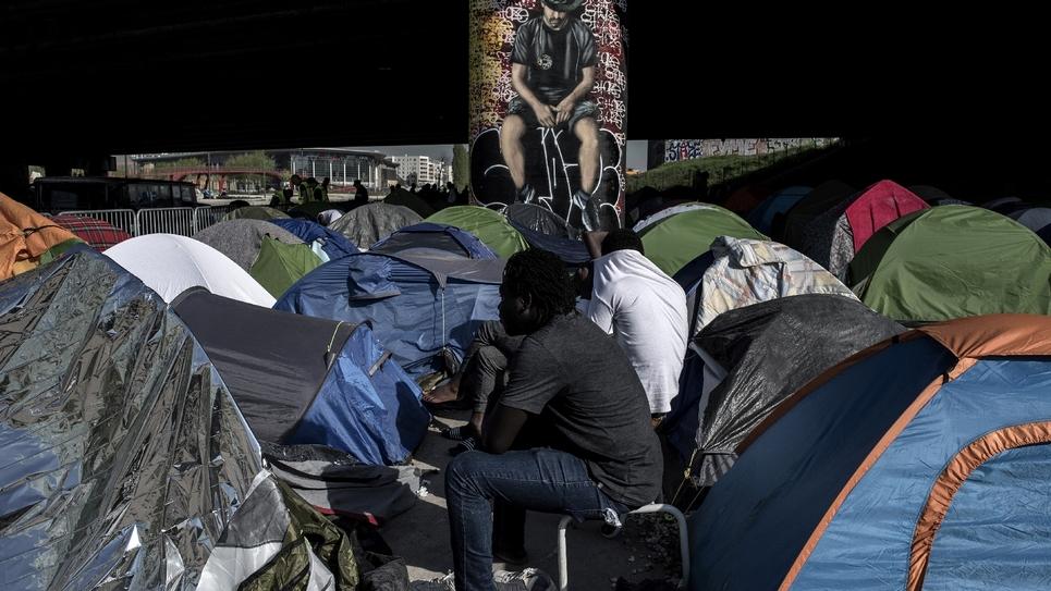 Des migrants au milieu de leurs tentes sous un pont près de la Porte de la Villette, le 20 avril 2018 à Paris