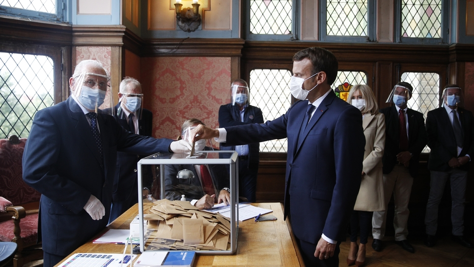 Le président Emmanuel Macron vote au deuxième tour des municipales, le 28 juin 2020 au Touquet