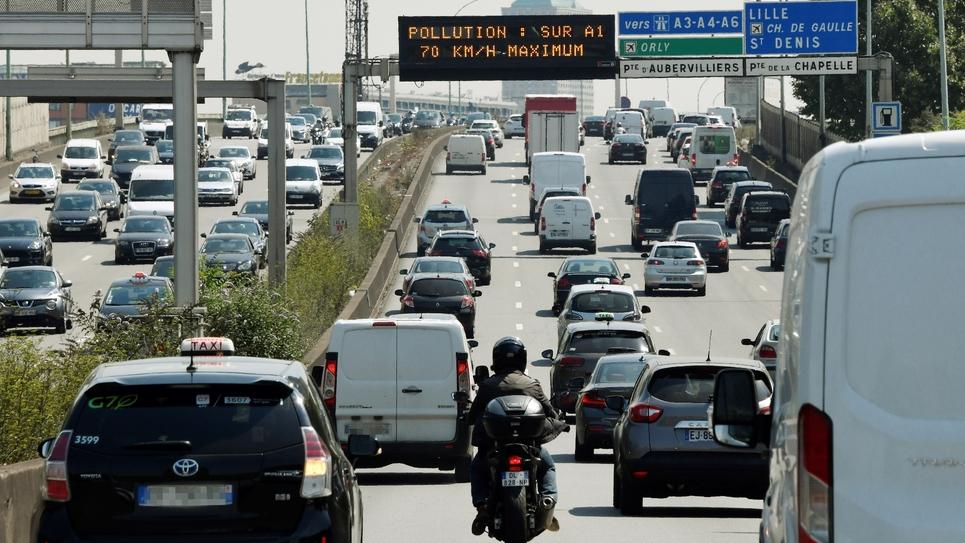Des voitures circulent sur l'autoroute A1, à Paris, dont la vitesse autorisée est réduite en raison de la pollution, le 27 juillet 2018