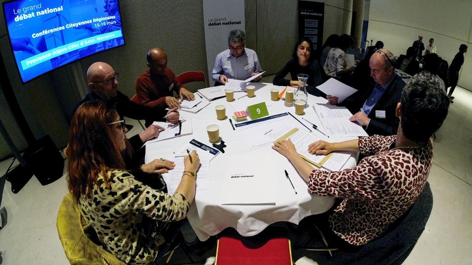 """Des citoyens participent à une """"conférence citoyenne"""", le 15 mars à Marseille."""
