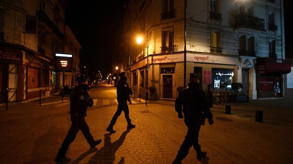 Des policiers municipaux patrouillent le 22 mars 2020 à Colombes, en région parisienne, où la municipalité a instauré un couvre-feu