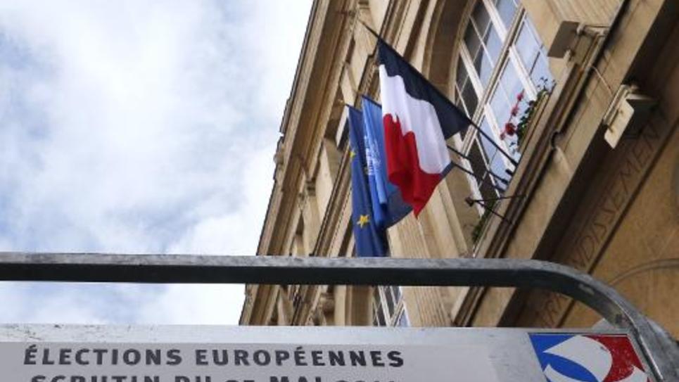 Des panneaux électoraux pour les élections européennes devant une mairie à Paris, le 11 mai 2014