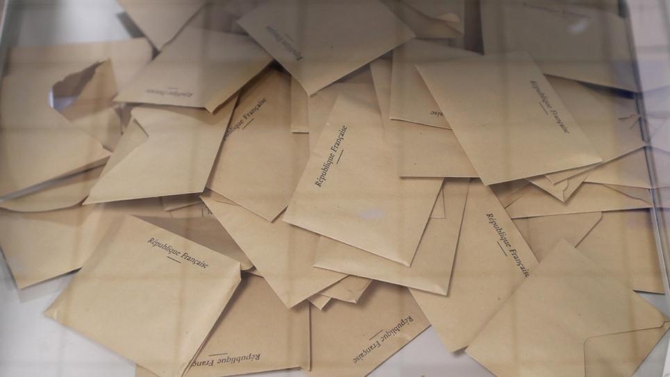 Aux urnes malgré tout mais en rangs clairsemés. Les Français votent dimanche pour le premier tour des municipales dans un pays à l'arrêt à cause de la crise du coronavirus