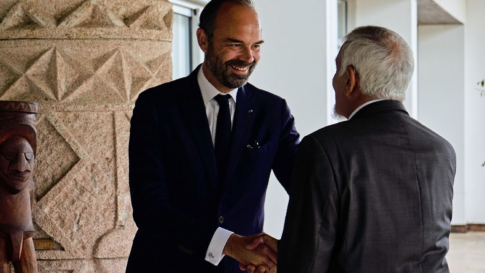 e Premier ministre français Edouard Philippe (G) en visite le 5 novembre 2018 à Noumea, Nouvelle-Calédonie