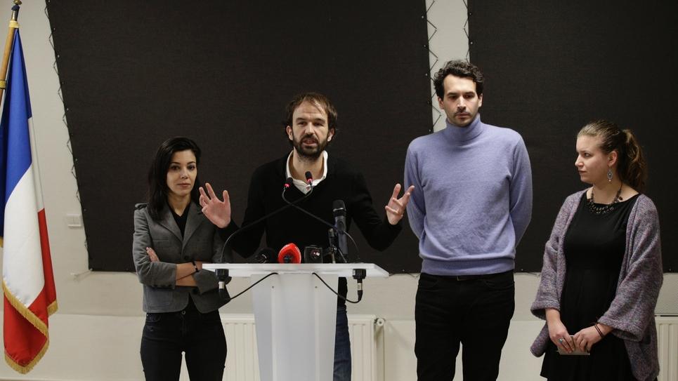 """M. Bompard, directeur de campagne de Mélenchon (2e G), S. Chikirou, directrice de la communication (G), B. Lachaud, responsable des événements pour la campagne (2e D) et M. Panot (D) coordinatrice de """"La caravane insoummise"""", le 25 janvier 2017 à Paris"""