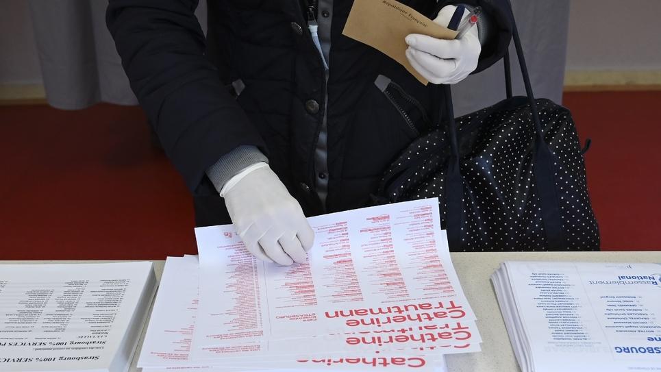 Une personne vote pour le 1er tour des municipales, le 15 mars 2020 à Strasbourg