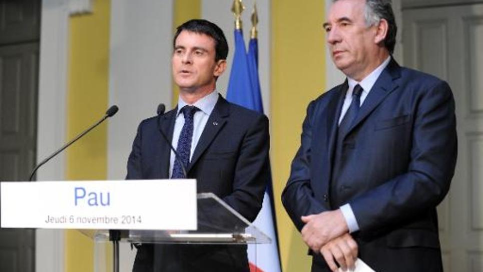 Le Premier ministre Manuel Valls (g) et le maire de Pau François Bayrou, le 6 novembre 2014 lors du 84è congrès de l'Assemblée des départements de France (ADF), réuni à Pau