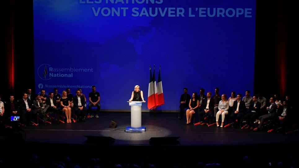 Marine Le Pen (C), président du Rassemblement national (RN), lors de son discours de rentrée à Fréjus (Var), le 16 septembre 2018