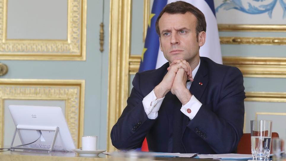 Le président Emmanuel Macron participe à une vidéoconférence avec des membres du gouvernement et des responsables économiques, au palais de l'Elysée, le 19 mars 2020 à Paris