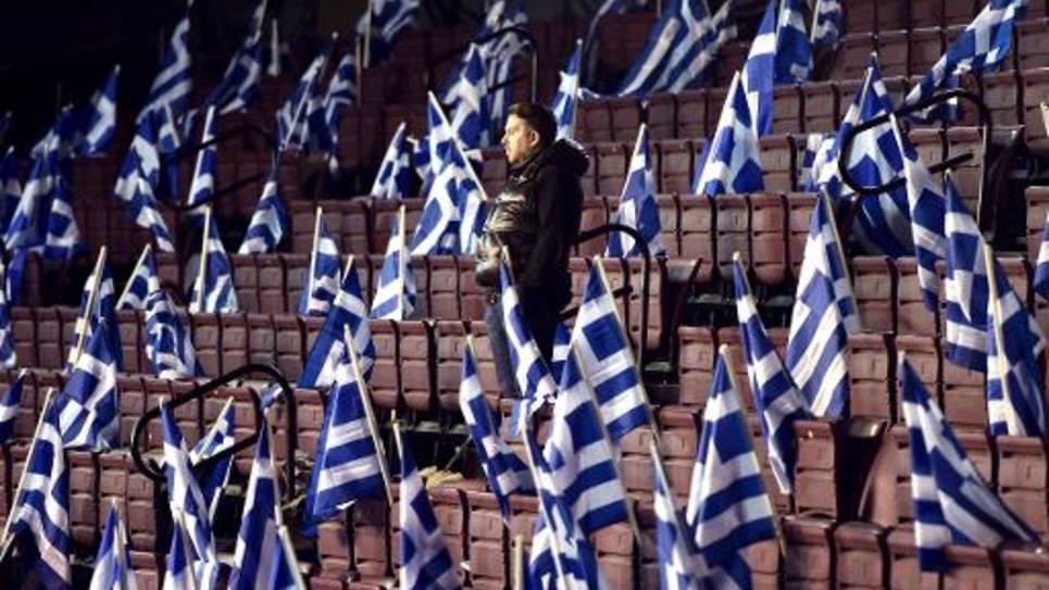 Un partisan du parti Nouvelle Démocratie attend le dernier meeting électoral du Premier ministre Antonis Samaras, le 23 janvier 2015 à Athènes