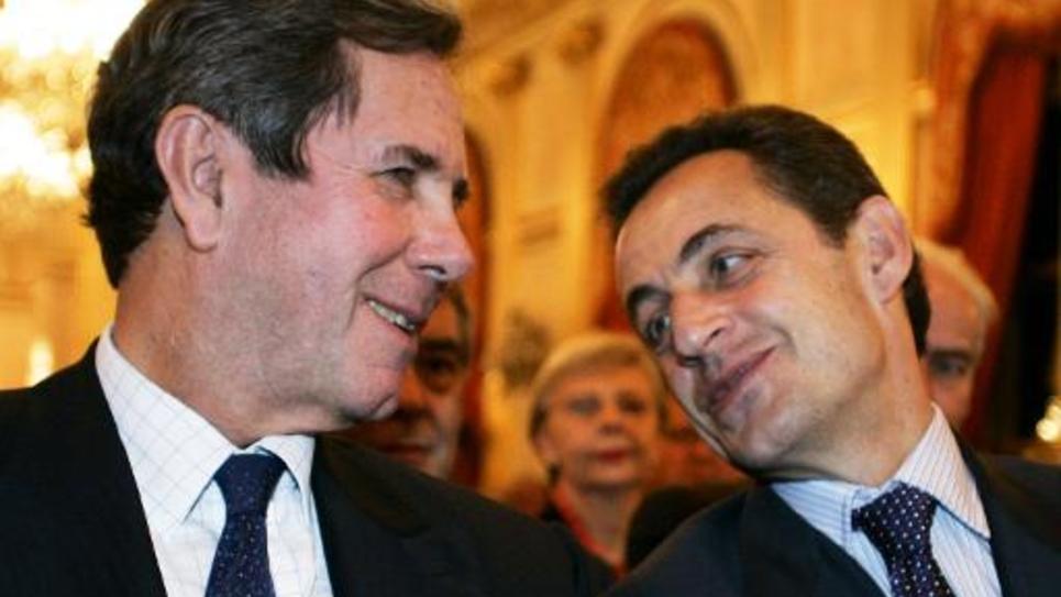Le président du Conseil constitutionnel Jean-Louis Debré  avec Nicolas Sarkozy, le 6 décembre 2005 à Paris lors d'une remise de prix
