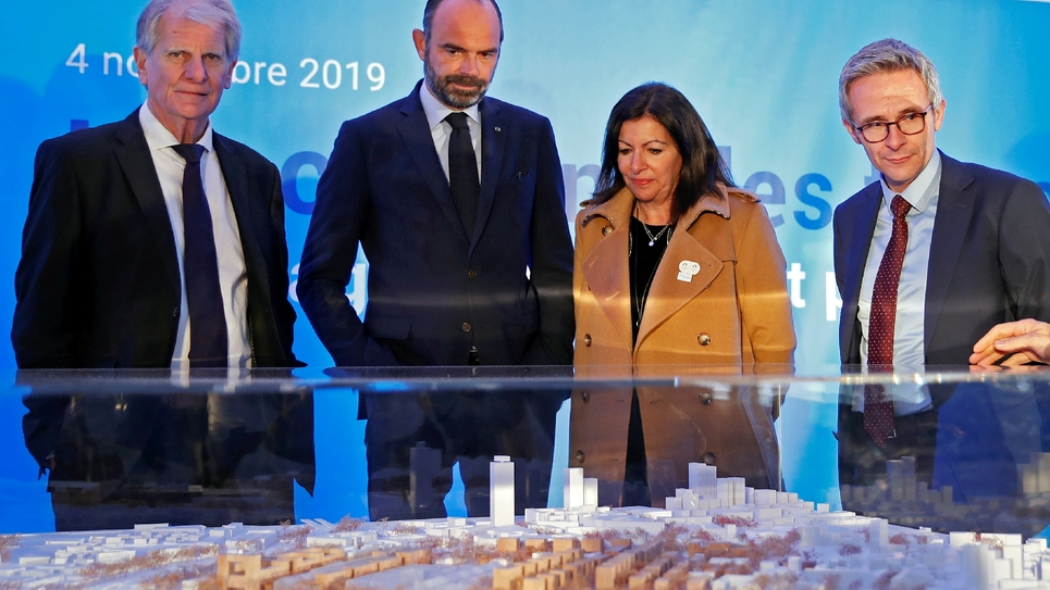 Le Premier ministre Edouard Philippe et la maire de Paris Anne Hidalgo devant la maquette du futur village olympique le 4 novembre 2019 à Saint-Ouen
