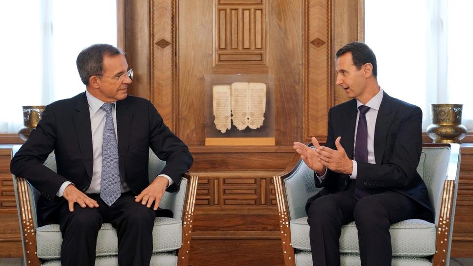L'eurodéputé RN Thierry Mariani et le président syrien Bachar al-Assad lors d'un entretien à Damas le 29 août 2019 (photo transmise par l'agence syrienne SANA)