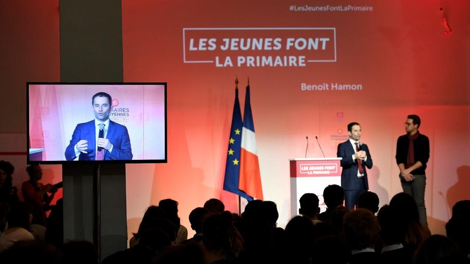 Le candidat Benoît Hamon (G) en compagnie du président du MJS, Benjamin Lucas, le 14 janvier 2017, à Paris.
