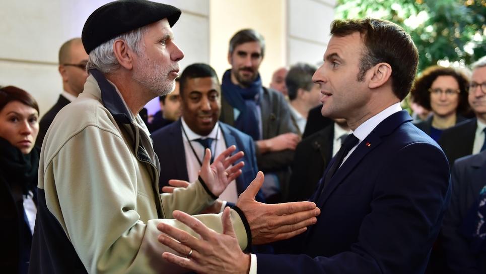 Un professeur de mathématiques interpelle le 14 janvier 2020 à Pau le président Emmanuel Macron sur la réforme des retraites