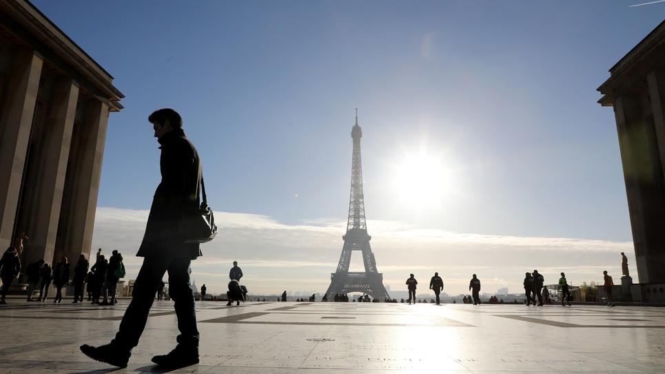 Des promeneurs sur le Parvis des droits de l'Homme, en face de la Tour Eiffel, le 14 novembre 2017 à Paris