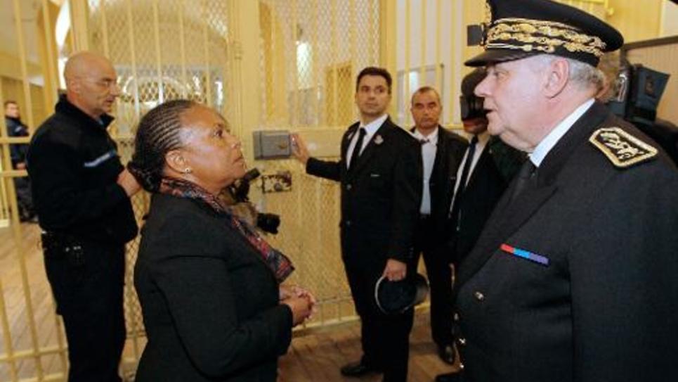 La ministre de la justice Christiane Taubira (g) s'entretient avec le préfet du Val de Marne à son arrivée à la prison de Fresnes le 13 janvier 2015