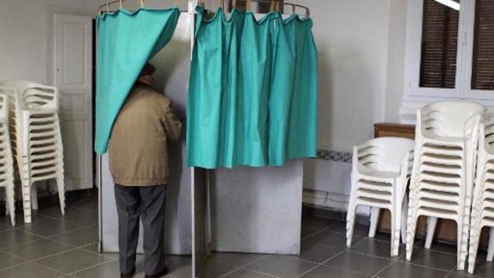 Un homme vote à Frasseto en Corse, le 22 mars 2015
