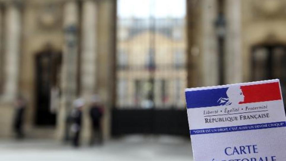 Une carte électorale avec en arrière-fond le palais de l'Elysée qui abrite la présidence de la République, à Paris