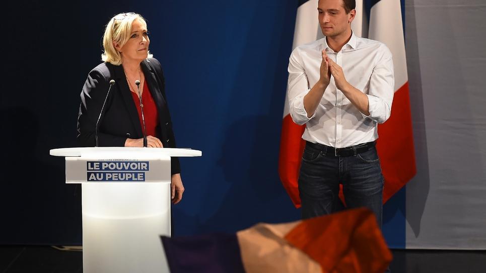 Marine Le Pen (G) et Jordan Bardella (D), tête de liste RN aux élections européennes à Beaucaire (Gard), le 20 avril 2019