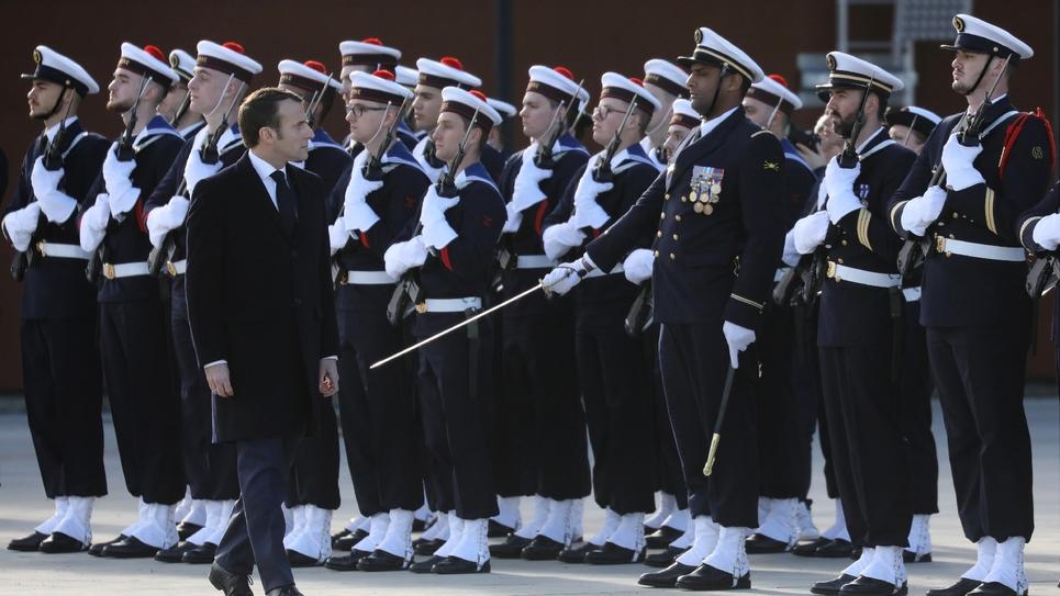 Emmanuel Macron passe en revue des marins lors de la cérémonie des voeux aux armées à la BA 101 de Toulouse-Francazal, le 17 janvier 2019