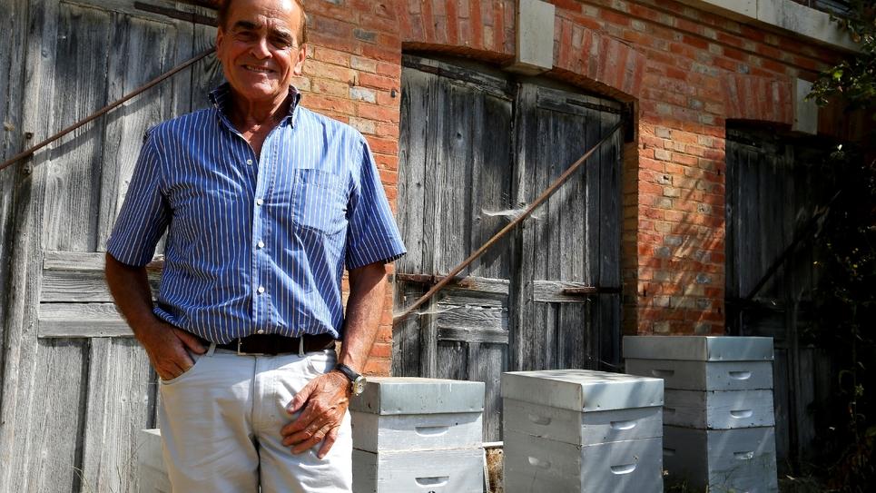 Le maire PS de Vitry-le-François, Jean-Pierre Bouquet, devant des ruches de la commune, le 25 juillet 2019